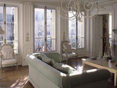 In queste foto uno splendido esempio di soffitti con stucchi raffinati e parquet originale a spina di pesce.   All'eleganza degli stuc...