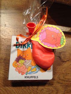Dikkie Dik uitdeelcadeautje. Uitdeelboekje met Dikkie Dik koekje en ballon
