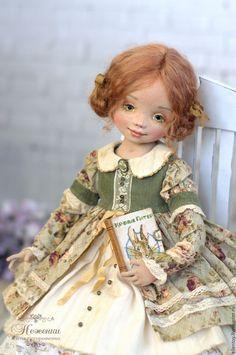 Купить или заказать Энни, текстильная авторская кукла в интернет-магазине на Ярмарке Мастеров. ПРОДАНА Повторов не будет, прошу извинить. Маленькая, нежная, немножко смешная и наивная, девочка Энни как теплое воспоминание детства, того времени, когда мы все верили в сказку. Коллекция 'Маленькие барышни' Энни - коллекционная, авторская, полностью текстильная кукла для души и украшения интерьера. Кукла подвижная, болтушка, сидит уверенно, стоит только на подставке.