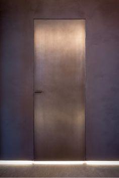 Porta e micromaniglia in ferro brunito, design studio Baciocchi Associati. Arched Doors, Internal Doors, Entrance Doors, Windows And Doors, Black Interior Doors, Black Interior Design, Porte Design, Room Divider Doors, Dream Home Design