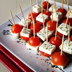 'caprese' tomatoes and cheese Aperitivos Finger Food, Cooking Recipes, Healthy Recipes, Appetisers, Party Snacks, Diy Food, Finger Foods, Appetizer Recipes, Food Porn