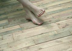 Installer une terrasse avec des palettes, faire un joli plancher en bois pour le balcon ou le jardin.