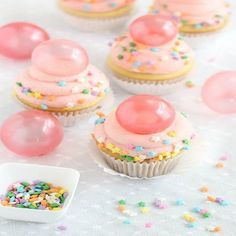 Tutorial on how to make gelatin bubbles that can be used as cake toppers. Pictured is Bubble Gum Frosting Cupcakes with Gelatin Bubbles. Just Desserts, Delicious Desserts, Yummy Cupcakes, Frost Cupcakes, Amazing Cupcakes, Beach Cupcakes, Party Cupcakes, Themed Cupcakes, Simple Cupcakes