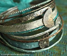 smashed knitting needles and beaten bollywood bangles in turquoise and chocolate Metal Bracelets, Metal Jewelry, Bangle Bracelets, Bangles, Jewlery, Boho Look, Jewelry Design, Jewelry Ideas, Vintage Knitting