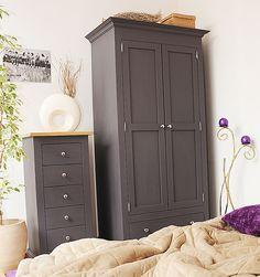 Wszystko na swoim miejscu, pojemna drewniana szafa idealna do sypialni i przedpokoju. Komoda drewniana z szufladami meble prowansalskie #dwukolorowe #prowansalskie #szafy #sypialnia #sosnowe