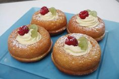 Fast rum baba with thermomix. Here's another recipe for rum baba, quick and easy to prepare at home with the thermomix. British Baking Show Recipes, British Bake Off Recipes, Great British Bake Off, Baking Recipes, Cake Recipes, Dessert Recipes, Mini Desserts, No Bake Desserts, Just Desserts