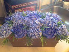 boîte de fleurs mauves faites de cupcakes / cupcakes flower box