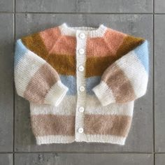 PATTERN IN ENGLISH The Sorbet Cardigan Mini is a cute, striped mohair dream with balloon sleeves – similar to the My Dimension mannequin. Select your favorite colors or knit it single-coloured – it's as Baby Cardigan, Baby Pullover, Baby Vest, Sweater Knitting Patterns, Cardigan Pattern, Knit Patterns, Sorbet, Mohair Sweater, Baby Outfits
