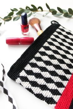 'Salmiakki clutch' made with Novita Nalle yarn #novitaknits #knitting #knit https://www.novitaknits.com/en