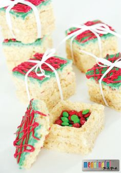 Rice Krispies Treats Presents with a Surprise - I'd love to use this Christmas idea for the table place settings! desserts Rice Krispies Treats Presents with a Surprise Christmas Sweets, Christmas Cooking, Christmas Goodies, Christmas Popcorn, Rice Crispy Christmas Treats, Christmas Deserts Easy, Christmas Baking For Kids, Christmas Rice Krispies, Christmas Ideas