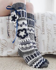 Yhdessä itse tehden Patterned Socks, Knitting Charts, Knee High Socks, Season Colors, Leg Warmers, Fingerless Gloves, Bag Accessories, Cool Outfits, My Style