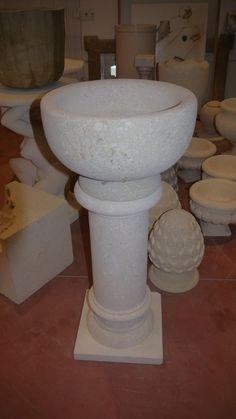 Säule aus Stein - http://www.achillegrassi.com/de/project/colonna-pietra-4/ - Säule mit Weihwasserbecken aus weißem Stein von Palladio, feingeschliffen Maße: – 40cmx 40cm x 90cm