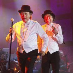30 de noviembre de 2012. Joan Manuel Serrat y Joaquín Sabina, durante la actuación que ofrecieron en el coliseo Ruminahui de Quito (Ecuador), con motivo de la gira de su espectáculo Dos pájaros contraatacan.  GUILLERMO GRANJA (REUTERS)