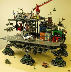 Could You Imagine a Real Life Version of This Giant Lego Crawler Town? Steampunk Lego, Lego City, Lego Design, Lego Technic, Legos, Technique Lego, Lego Boards, Lego Pictures, Amazing Lego Creations