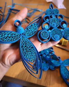 BLUE xmas for I need to double time for sure. Neli Quilling, Quilling Jewelry, Quilled Roses, Quilling Comb, Quilling Flowers Tutorial, Paper Quilling Patterns, Quilled Paper Art, Quilling Paper Craft, Paper Crafts Origami