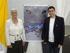 O #escritor #MatheusLCarvalho com sua avó Divina Carvalho no lançamento do #livro #OValeDosLobos em Santa Isabel, interior de SP.