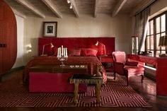 Las Rosas, se caracteriza por su patio privado con una pila colorada del siglo XVII, con una cama king size. En el tono rojo de las rosas, es asociado a la energía, a la fortaleza así como a la pasión y el amor.