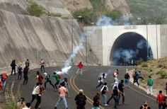 #SOSPORMÉXICO #FreeNestora. Se enfrentan a pedradas normalistas y policías en Tixla; se… http://ift.tt/1FVjzhz