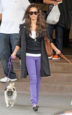 Jessica Alba purple skinny jeans, white tee, black v neck sweater, black flats and black jacket. Fall Winter Outfits, Autumn Winter Fashion, Spring Outfits, Spring Clothes, Purple Skinny Jeans, Colored Skinny Jeans, Purple Pants Outfit, Aqua Pants, Fashion Pants
