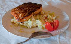 salmone croccante su insalata di patate e polpa di granchio