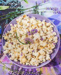 Make best tasting herbed popcorn ever. Fresh chives, fresh or dried culinary lavender, + lemon & thyme. Steeping the butter in herbs is the key. Herb Recipes, Snack Recipes, Healthy Snacks, Healthy Eating, Lavender Recipes, Culinary Lavender, Flower Food, Fresh Chives, Butter