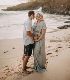 Hawaii maternity portrait of Jenna and Drew Kutcher. Gray dress by Show Me Your Mumu. Photography by Child Indigo.