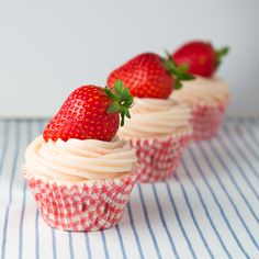 Objective: Perfect Cupcake.: Strawberry Cupcakes. Strawberries ¿? Siiiii! STRAWBERRIES! (VIVAAAAA!! We are in strawberry season!)
