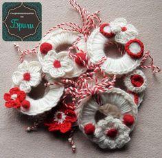 мартеници/диаметър 8см Burlap Wreath, Crochet Earrings, Key Chains, Knitting, Handmade, Bag, Tulips, Roses, Key Rings