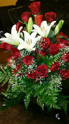 Tropical Flower Arrangements, Beautiful Flower Arrangements, Tropical Flowers, Pretty Flowers, Fresh Flowers, Horse Wallpaper, Flower Wallpaper, Red And White Roses, Red Roses