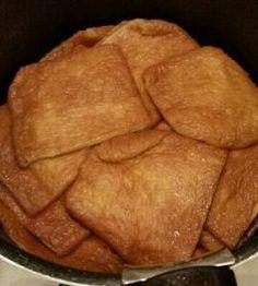 土井 善晴さんの油揚げを使った「油揚げの炊いたん」のレシピページです。フワフワのお座布団のように柔らかく煮た油揚げは、そのままご飯のおかずに変身します。おいしくつくるコツは、油抜きをすることと慌てないでゆっくりと炊くことです。 材料: 油揚げ、だし、砂糖、しょうゆ