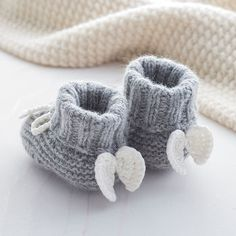 Lovely soft cashmere baby booties with angel wings. Made from our super soft cashmere blend yarns Angel Wings Cashmere Booties. Lovely soft cashmere baby booties with angel wings. Made from our super soft cashmere blend yarns Baby Shower Gifts, Baby Gifts, Pinterest Crochet, Baby Accessoires, Diy Bebe, Knitted Baby Clothes, Newborn Baby Clothes, Babies Clothes, Crochet Baby Booties