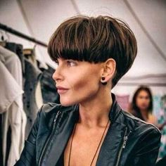 Short Wedge Haircuts for Chic Women. Nowadays, super stylish women don't just opt for bob or pixie cuts. Short Wedge Haircut, Wedge Hairstyles, Layered Hairstyles, Bowl Cut, Face Hair, Short Cuts, Pixie Cut, Short Hair Styles, Hair Makeup