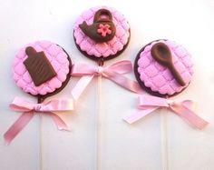 Pirulito de chocolate Chá de Panela Nossos pirulitos são feitos com o delicioso chocolate nobre de Gramado com decoração em pasta americana. Embalados com saquinho de celofane e laço de fita de cetim.
