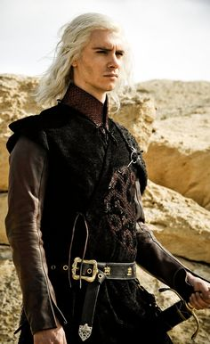 I don't like Game of Thrones at all but here's a really interesting costume for this male character.