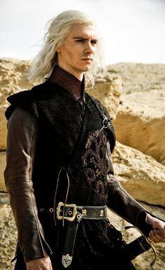 Viserys Targeryan - Herdeiro por direito ao Trono de Ferro, Filho de Aerys vulgo Rei Louco.