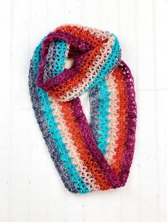 Vickie Howell shows how to crochet the V Stitch and make the Singles Summertime Scarf, designed wo work perfectly for those coveted singles mini-hanks! Loom Knitting Stitches, Free Knitting, Crochet Patterns, Crochet Cowls, Hat Patterns, Crochet Granny, Double Crochet, Stitch Patterns, Fingering Yarn