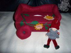 Tatüsofa aus Fleece mit genadelter Filzblumenborte und rundem Kissen