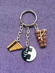 Porte clés instruments de musique. (Flûte de pan, piano, Xylophone.)