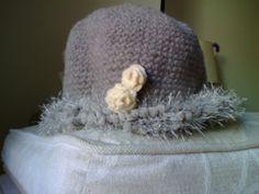Cappellino donna realizzato all'uncinetto con rose applicate