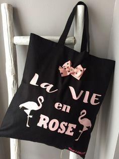TOTE BAG SPECIAL LA VIE EN ROSE  Parfait également pour faire un emballage cadeau original !  Coloris noir  100 % coton  Format : 38 cm (L) X 42 cm (H)  avec anses de 40 c - 18308844