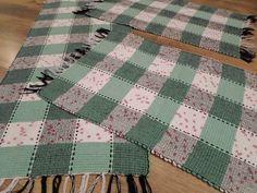Conjunto de tapetes produzidos em malha. Pode ser usado dos dois lados. Por R$57,00.