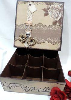 Porta jóias com 9 divisões em MDF com vários apliques.