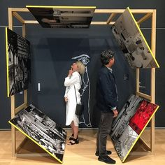 Displaying photos in extreme positions causes viewers to change their posture, and imparts different emotions Museum Exhibition Design, Exhibition Display, Exhibition Space, Design Museum, Exhibition Stands, Display Design, Booth Design, Design Blog, Design Design