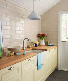 Kitchen wall tiles are perfect to add character to your cooking space. Whether it's a feature splashback or a simple border, there is something for everyone in our collection of kitchen wall tiles. Life Kitchen, Country Kitchen, New Kitchen, Narrow Kitchen, Kitchen Cart, Brick Tiles Kitchen, Kitchen Cabinets, Cream Kitchen Tiles, Cream Cabinets