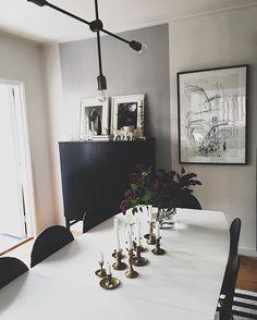 Sol ute och sjukstuga inne.. Men såå härligt att kunna ha öppet altandörren till sena kvällen och vilken lyx att kunna gå ut i trädgården och plocka in en stor bunt syrener ✨ #hemmahosmig #myhome #vardagsrum #livingroom #interior #interiör #inspo#gammaltochnytt #detaljer #inredning #inredningsdesign #inredningsdetaljer #interiordesign #interiors #interiordecor #interiorstyling #interiordesigner #inredningsinspiration #housedoctor #loppisfynd #decor #svartvitt #design #inredare #rumhemma