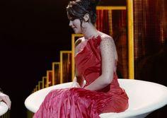 """Para el vestido de """"la chica en llamas"""" Makovsky se inspiró en vestidos de transformación Orry-Kelly en la película de 1962 """"Gypsy"""", protagonizada por Natalie Wood como un marimacho torpe que se transforma en la legendaria burlesca actriz de teatro Gypsy Rose Lee. El  vestido de tafetán de seda y organza tiene pliegues verticales, que se mueven cuando Katniss gira, y brillan-como bordados de cristal."""