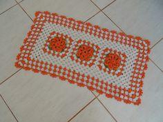 Tapete retangular em barbante 100% algodão de excelente qualidade.  Em destaque:3 flores dália em laranja colocadas no centro. Acabamento em bicos laranja.  Cor disponível :cru e laranja.  Sob encomenda faço em outras cores.  O preço é de um tapete. R$ 70,00