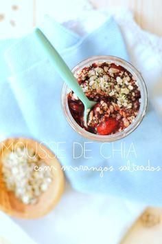 """Mousse de chia com morangos salteados #pequenoalmoço #snack #morangos #chia """"seglúten #fruta"""