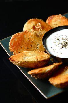 pommes de terre coupées en deux, cuites à plat ventre sur une couche de beurre, sel d'ail, le parmesan.