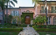 """Em 2009, Christina Aguilera comprou a mansão de 11 mil metros quadrados de Ozzy Osbourne, na qual foi gravado o reality show """"The Osbournes"""". A propriedade custou US$ 11.5 milhões e tem seis quartos, nove banheiros e cômodos especiais como um salão de beleza completo e um estúdio de gravação."""